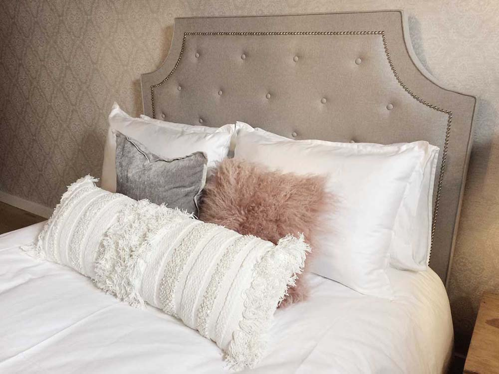 Deco bed pillow